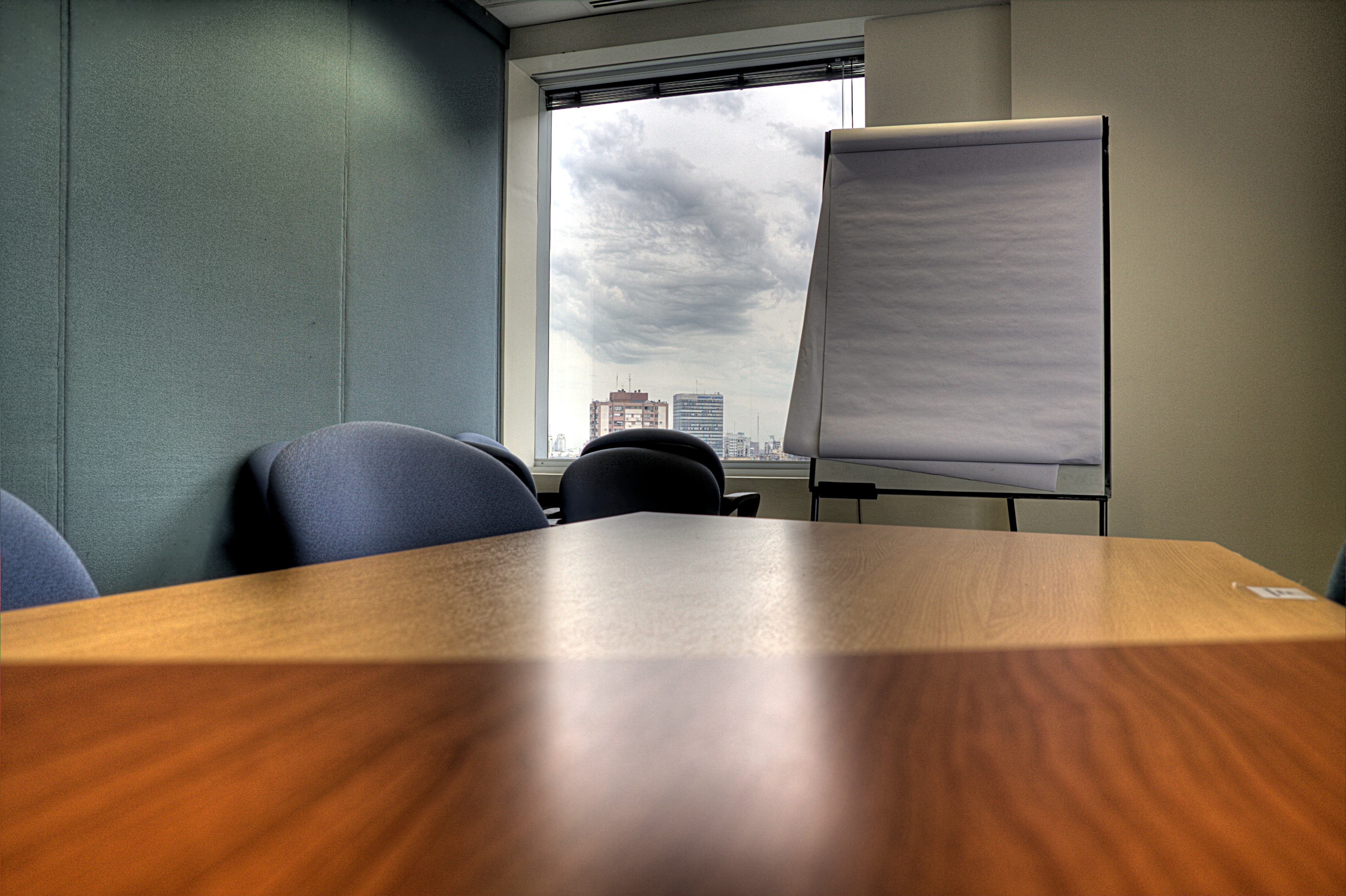 Meeting_room,_table_and_paper_board